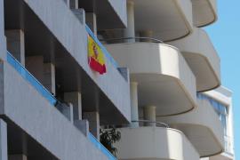 Banderas de España en los balcones de la ciudad de Ibiza
