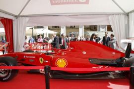 El coche de Alonso, en la plaza Mayor de Palma