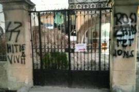 Pintadas fascistas en el cementerio de Montuïri durante la excavación de la fosa