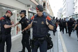 Agentes de los Mossos y Policía Nacional se despiden entre abrazos en Pineda
