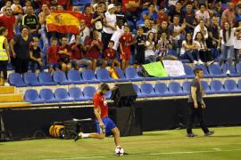 Pitos y aplausos para Piqué durante el entrenamiento en Alicante