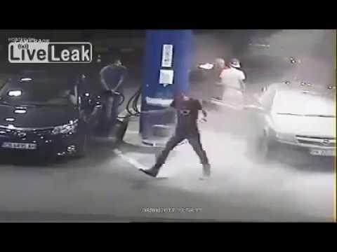 Medida contundente contra un cliente de una gasolinera que fumaba mientras repostaba