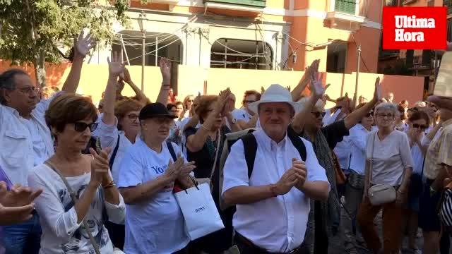 La concentración 'Hablemos' reúne a un centenar de personas en la plaza de Cort