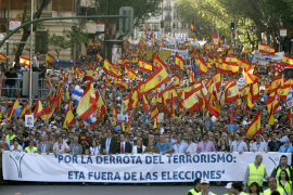 Miles de personas se manifiestan en Madrid para exigir  al Gobierno que impida a la banda ir a las urnas el 22-M