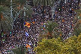 Miles de personas se concentran en las cercanías del Parlament
