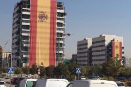 Un empresario cuelga una bandera de 731 metros cuadrados en un edificio de Madrid