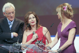 Ana Rosa Quintana y Mario Casas  se hacen con un Micrófono de Oro