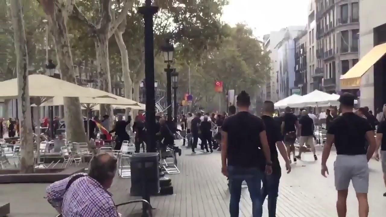 Dos grupos se enfrentan y se lanzan sillas en la terraza de un bar cerca de la manifestación del 12-O en Barcelona