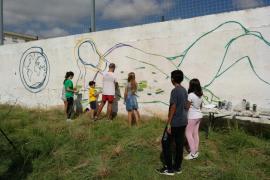 Amics de la Terra pinta un mural reivindicativo en Palma