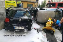 Una conductora vuelca su coche en Palma tras colisionar con dos vehículos aparcados
