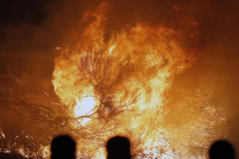 Galicia lucha con 5.000 personas contra un fuego que ya ha segado cuatro vidas