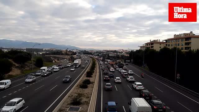 Un accidente provoca importantes retenciones en la Vía de Cintura en dirección al aeropuerto