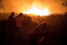 Una quincena de incendios activos entrañan riesgo para la población en Galicia