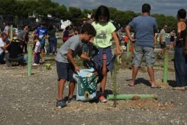 Salvem Portocolom planta árboles contra el proyecto urbanístico