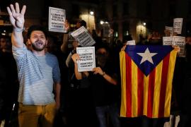 Más de un centenar de personas se concentran ante el Palau de la Generalitat