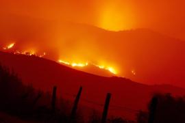 Siete fuegos siguen activos en Galicia con riesgo real para la población