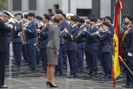 Cospedal visita dos cuarteles en Cataluña donde se alojan guardias civiles y policías