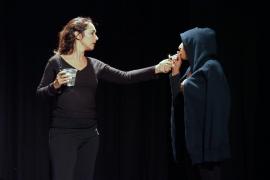 400 alumnos de Ibiza disfrutan con la obra de teatro 'Darrera la porta'