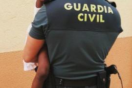 La Guardia Civil auxilia a una niña de 3 años sola y asomada al balcón de su casa