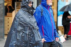 Los residentes y turistas que paseaban por el centro de Vila ayer por la mañana no se vieron sorprendidos por la lluvia e hicier