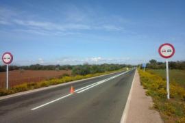 Pintan la línea continua por seguridad en un tramo de la carretera Artà-Can Picafort