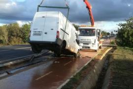 Aparatoso accidente de un furgón que acaba atrapado sobre un guardarraíl en Sant Miquel