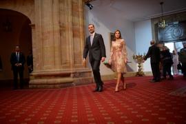 Vítores y abucheos se mezclan en la calle ante la entrega de los Premios Princesa de Asturias