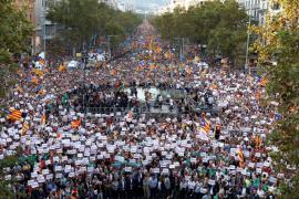 Miles de personas, con el Govern al frente, protestan en Barcelona contra las medidas del Estado