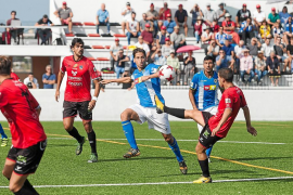 Nando, jugador del equipo formenterense, se anticipa a un jugador del Hércules para golpear el balón.