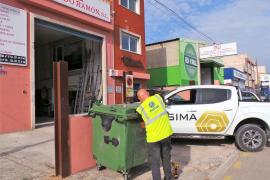 ASIMA reparte candados para evitar que se arrojen escombros en los contenedores de los polígonos