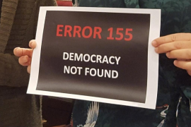 Barceló exhibe un cartel en contra del 155 en el debate