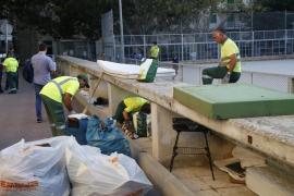 Emaya limpia la plaza de los Patines tras recibir muchas quejas vecinales