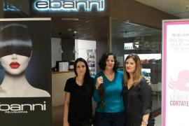 Una decena de mujeres donan su melena a la AECC cortándose el pelo gratis en El Corte Inglés