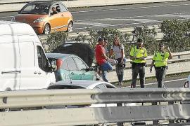 Retenciones kilométricas al arder un coche en la vía de cintura de Palma