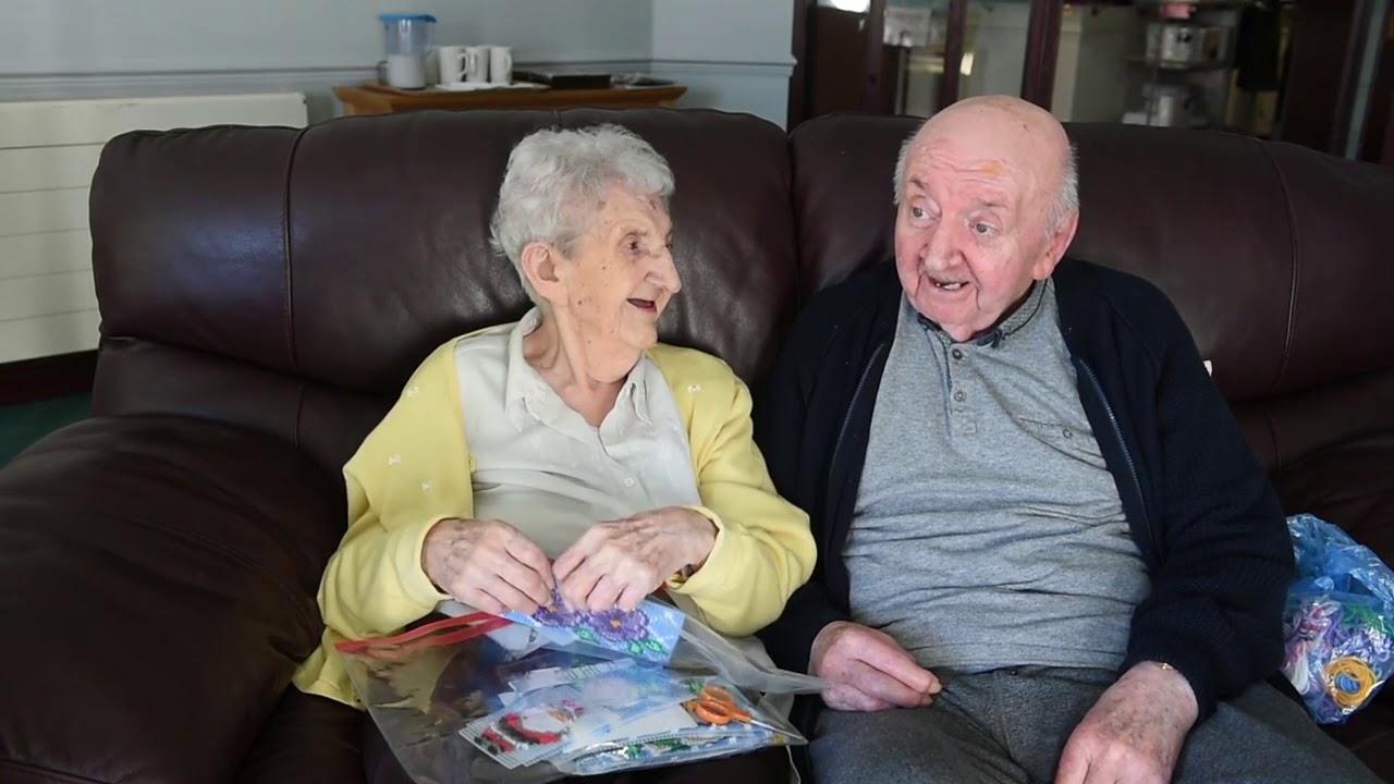 Una madre de 98 años se muda a una residencia para cuidar de su hijo de 80