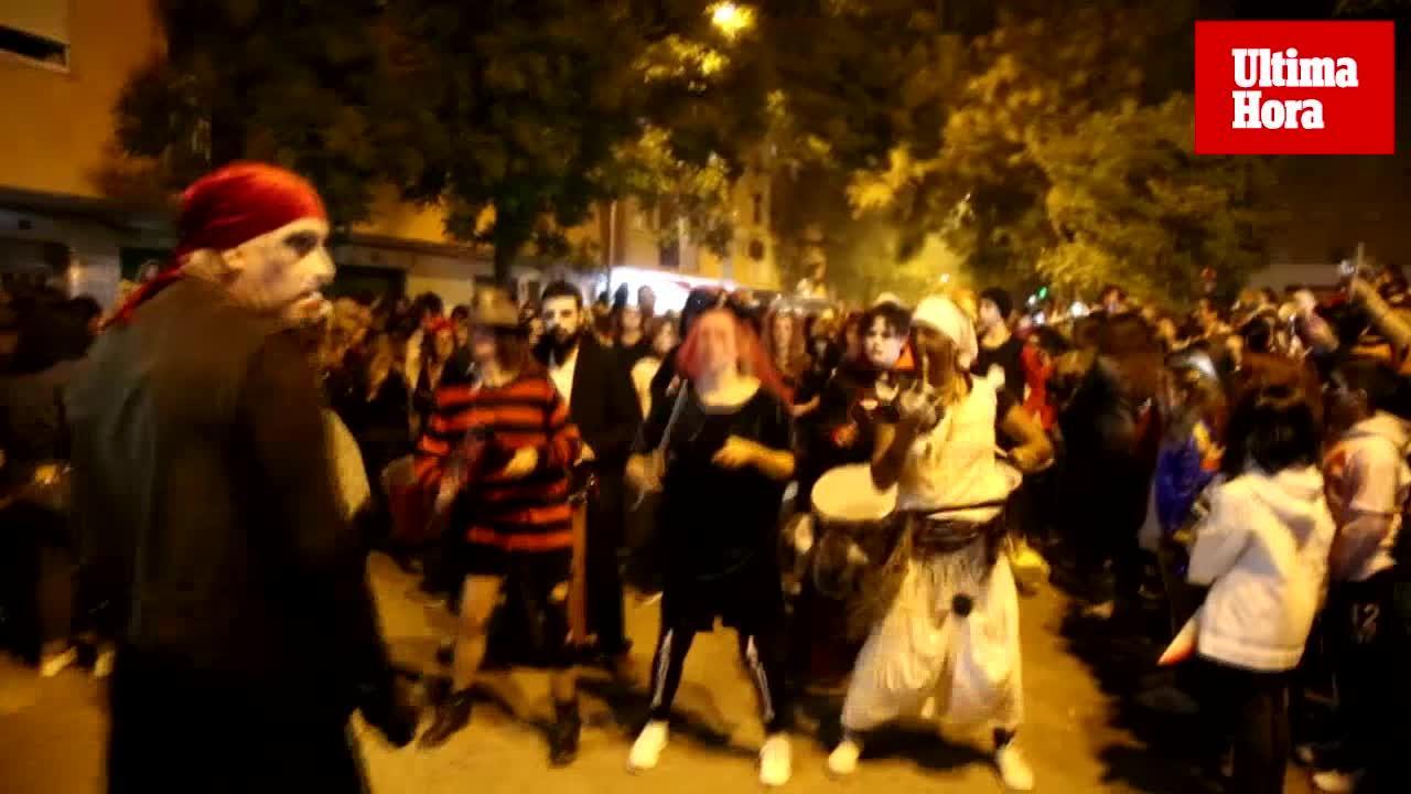 Grandes y pequeños salen a la calle para celebrar Halloween