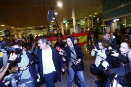 Varios exconsellers regresan a Barcelona y un grupo les recibe con gritos de «a prisión»