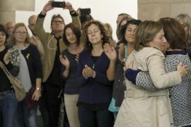 Carme Forcadell es recibida entre aplausos y llantos a su llegada al Parlament de Cataluña