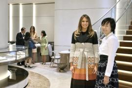 El abrigo de 3.700 € de Melania Trump revoluciona Japón