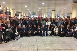 Los 200 alcaldes independentistas y sus varas de mando, de camino a Bruselas para apoyar al Govern cesado
