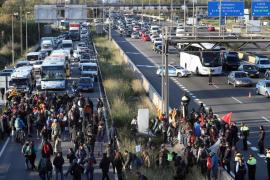 Carreteras y vías de tren cortadas en otra jornada de huelga en Cataluña