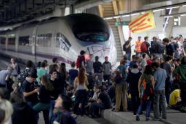 Los manifestantes abandonan la estación de Sants después de cinco horas