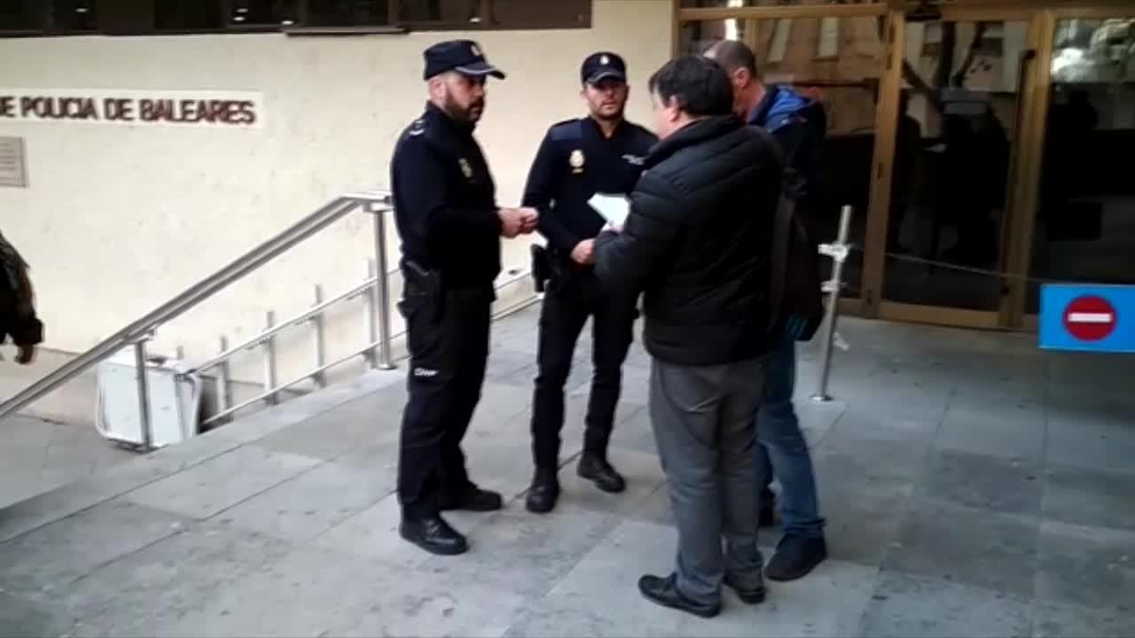 Dos agentes de la Policía Nacional evitan que un hombre se suicide en Palma