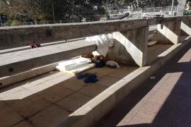 Los 'sin techo' regresan de nuevo a la plaza Patins ante la indignación vecinal