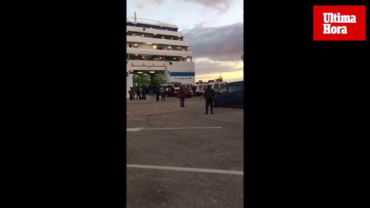 Llega a Alcúdia el barco que trasladará a los pasajeros y vehículos del ferry incendiado