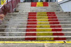 Pintan la bandera de España en las escaleras del IES Santa Margalida