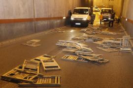 Roba un camión cargado con las sillas de la procesión y las pierde en el túnel de Antoni Marqués