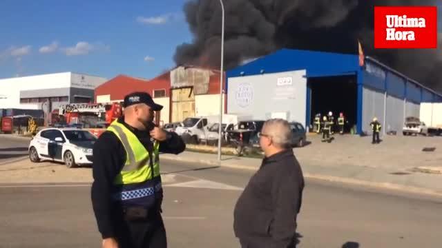 Un incendio afecta a diez naves industriales del Polígono de Marratxí