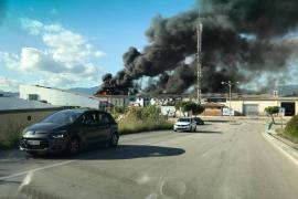 Un incendio quema varias naves en el Polígono de Marratxí