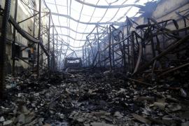 Los bomberos dan por extinguido el devastador incendio de naves en Marratxí